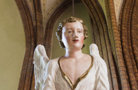 ein Engel schwebt neben dem Altarraum